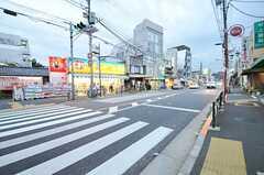 東京メトロ丸ノ内線・新高円寺駅からシェアハウスへ向かう道の様子。最寄りのスーパーへは徒歩1分ほど。(2013-10-17,共用部,ENVIRONMENT,1F)