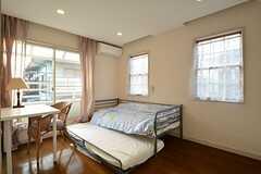 ベッド下を引き出すと、子供用ベッドがでてきます。(201号室)(2014-11-12,専有部,ROOM,2F)
