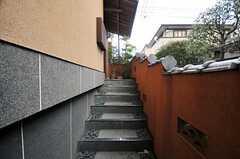 門を抜けると階段があります。(2011-01-26,周辺環境,ENTRANCE,1F)