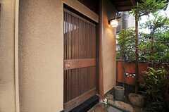 正面玄関は引き戸です。(2011-01-26,周辺環境,ENTRANCE,1F)