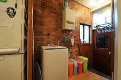 洗濯機とゴミ箱の様子。(2011-01-26,共用部,KITCHEN,1F)
