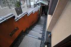 外階段の様子。突き当たりにある門の裏側は自転車置場になっています。(2011-01-26,共用部,OTHER,1F)