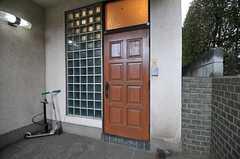 シェアハウスの玄関ドアの様子。(2011-01-26,周辺環境,ENTRANCE,1F)