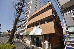 マンションの外観。オーナー住居だった部分がシェアハウスです。建物と自動販売機の間を入っていくとエントランスに繋がります。(2012-02-14,共用部,OUTLOOK,1F)