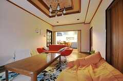 リビングの様子。奥にキッチンがあります。(2012-02-14,共用部,LIVINGROOM,1F)
