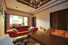 リビングの様子3。右手の引き戸を開けると104号室、その隣が廊下に続くドアです。(2012-02-14,共用部,LIVINGROOM,1F)