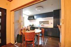 リビングから見たダイニングとキッチンの様子。(2012-02-14,共用部,KITCHEN,1F)