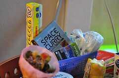 テーブルの上には、お菓子やティーバッグに加え、ハウス食品の宇宙日本食レトルトカレー「スペースカレー」などが置かれています。1ケース(5個入り)¥2625也。(2012-02-14,共用部,KITCHEN,1F)