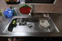 シンクの様子。可愛らしいトマト型のまな板が置かれています。(2012-02-14,共用部,KITCHEN,1F)
