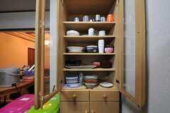 ガスコンロと対面にある食器棚の様子。(2012-02-14,共用部,KITCHEN,1F)