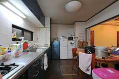 冷蔵庫が3台、電子レンジ、トースター、炊飯器は各1台用意されています。(2012-02-14,共用部,KITCHEN,1F)