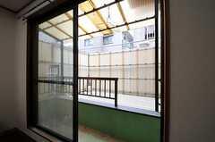 室内から見たバルコニーの様子。(202号室)(2012-02-14,専有部,ROOM,2F)