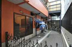 正面玄関脇には、物干スペース、駐輪場があります。また、駐車も応相談とのこと。(2012-02-14,共用部,OTHER,1F)