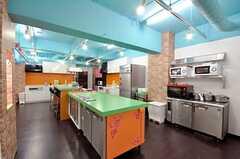 キッチンの様子。とても広い空間。(2010-03-01,共用部,KITCHEN,1F)