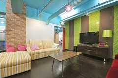 シェアハウスのラウンジの様子4。TV横からはスタジオに抜けられるようになっています。(2010-03-01,共用部,LIVINGROOM,1F)