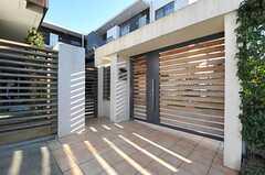 シェアハウスの正面玄関。(2013-12-13,周辺環境,ENTRANCE,1F)