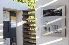 カメラ付きインターホンの様子。園向こうには宅配ボックスが用意されています。(2013-12-13,共用部,OTHER,1F)
