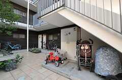 階段下は、ベビーカー置き場になっている模様。(2013-12-13,共用部,OTHER,1F)