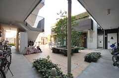 中庭の囲むようにして専有部が並んでいます。(2013-12-13,共用部,OTHER,1F)