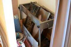ドア脇には収納スペースが設けられ、アウトドア用の機材などが置かれています。(2013-12-13,共用部,OTHER,1F)
