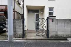 シェアハウスの門扉の様子。(2011-07-28,共用部,OUTLOOK,1F)