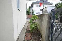 玄関から自転車置場、菜園につづくアプローチの様子。(2011-07-28,共用部,OTHER,1F)