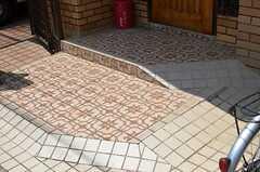 玄関前のタイルがカワイイ。(2012-06-04,周辺環境,ENTRANCE,1F)