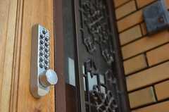 玄関のドアはナンバー式です。(2012-06-04,周辺環境,ENTRANCE,1F)
