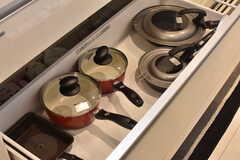 シンクの下は共用の鍋やフライパンが収納されています。(2017-04-11,共用部,KITCHEN,1F)