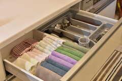 引き出しには共用のタオルやカトラリー類が収納されています。(2017-04-11,共用部,KITCHEN,1F)
