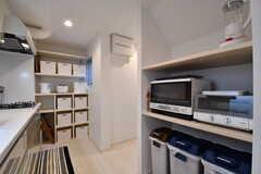 キッチンの対面は収納棚です。収納棚にはキッチン家電が置かれています。奥が専有部ごとの収納棚です。(2017-04-11,共用部,KITCHEN,1F)