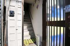玄関ドアを開けるとすぐ階段があります。(2013-02-04,周辺環境,ENTRANCE,1F)