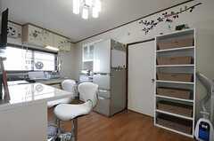 リビングの様子。冷蔵庫脇の専有部が201号室です。(2013-02-04,共用部,LIVINGROOM,2F)