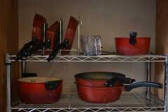 ガスコンロ下には、鍋やフライパンが収納されています。(2018-06-19,共用部,KITCHEN,1F)