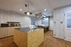 奥にキッチン、手前に作業台があります。(2017-08-07,共用部,KITCHEN,)