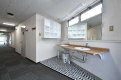 廊下に設置された洗面台。(2017-08-07,共用部,WASHSTAND,3F)