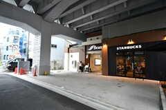 商店街と平行に、高架下を使った商業施設があります。(2017-08-07,共用部,ENVIRONMENT,1F)