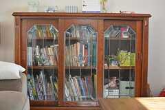 書棚の様子。英語関係の書籍が充実しています。(2015-08-11,共用部,OTHER,1F)