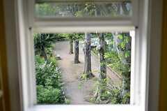 テーブルに座って窓を開けると公園が見えます。(302号室)(2015-08-11,専有部,ROOM,3F)