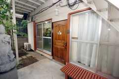シェアハウスの正面玄関。(2008-08-13,周辺環境,ENTRANCE,1F)