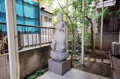 玄関前の石像。(2008-08-13,共用部,OTHER,1F)