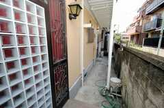 アプローチの様子。正面玄関は奥。(2008-07-23,周辺環境,ENTRANCE,1F)
