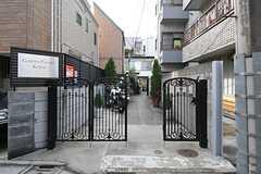 門扉の様子。アプローチの先がシェアハウスです。(2013-10-07,共用部,OTHER,1F)