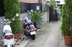 アプローチは駐輪場を兼ねています。(2013-10-07,共用部,OTHER,1F)