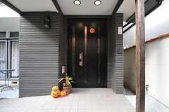 シェアハウスの正面玄関。季節によっては飾りが変わるそうです。(A棟)(2013-10-07,周辺環境,ENTRANCE,1F)