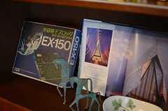 奥に見えるのが、電子ブロックという昔流行った知育玩具なんだそう。(A棟)(2013-10-07,共用部,LIVINGROOM,1F)