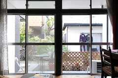 掃き出し窓の様子。(A棟)(2013-10-07,共用部,LIVINGROOM,1F)