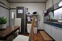 キッチンにはダイニングテーブルが置かれています。(A棟)(2013-10-07,共用部,KITCHEN,1F)