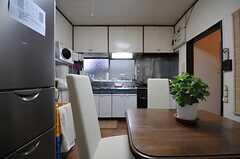 キッチンの様子。(A棟)(2013-10-07,共用部,KITCHEN,1F)