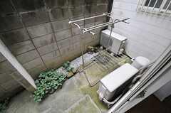 専用のベランダ付きです。物干しができる器具も用意されています。(101号室)(A棟)(2013-10-07,専有部,ROOM,1F)